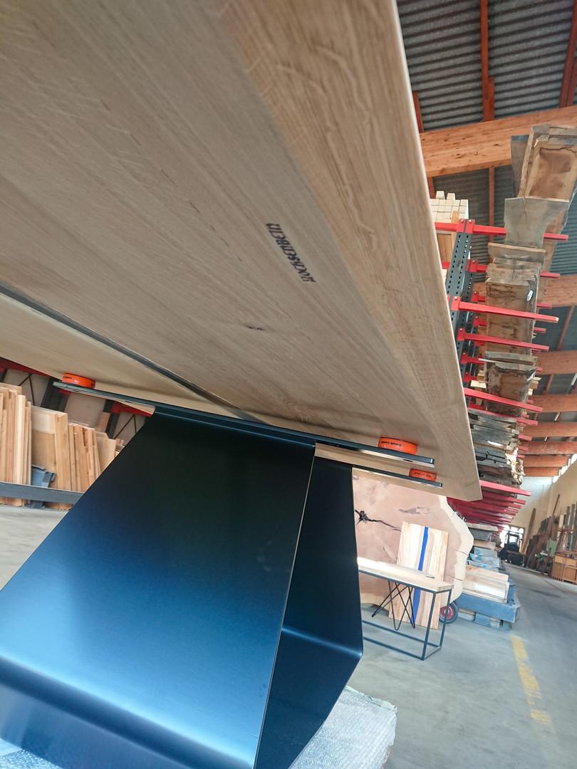 Table réalisé en chêne massif et résine epoxy. Pietement en acier ciré