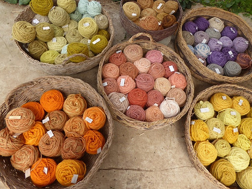 Hand-spun wool yarn dyed naturally with plants. balls of 100 gr.