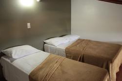 Uma cama de casal e uma de boliche