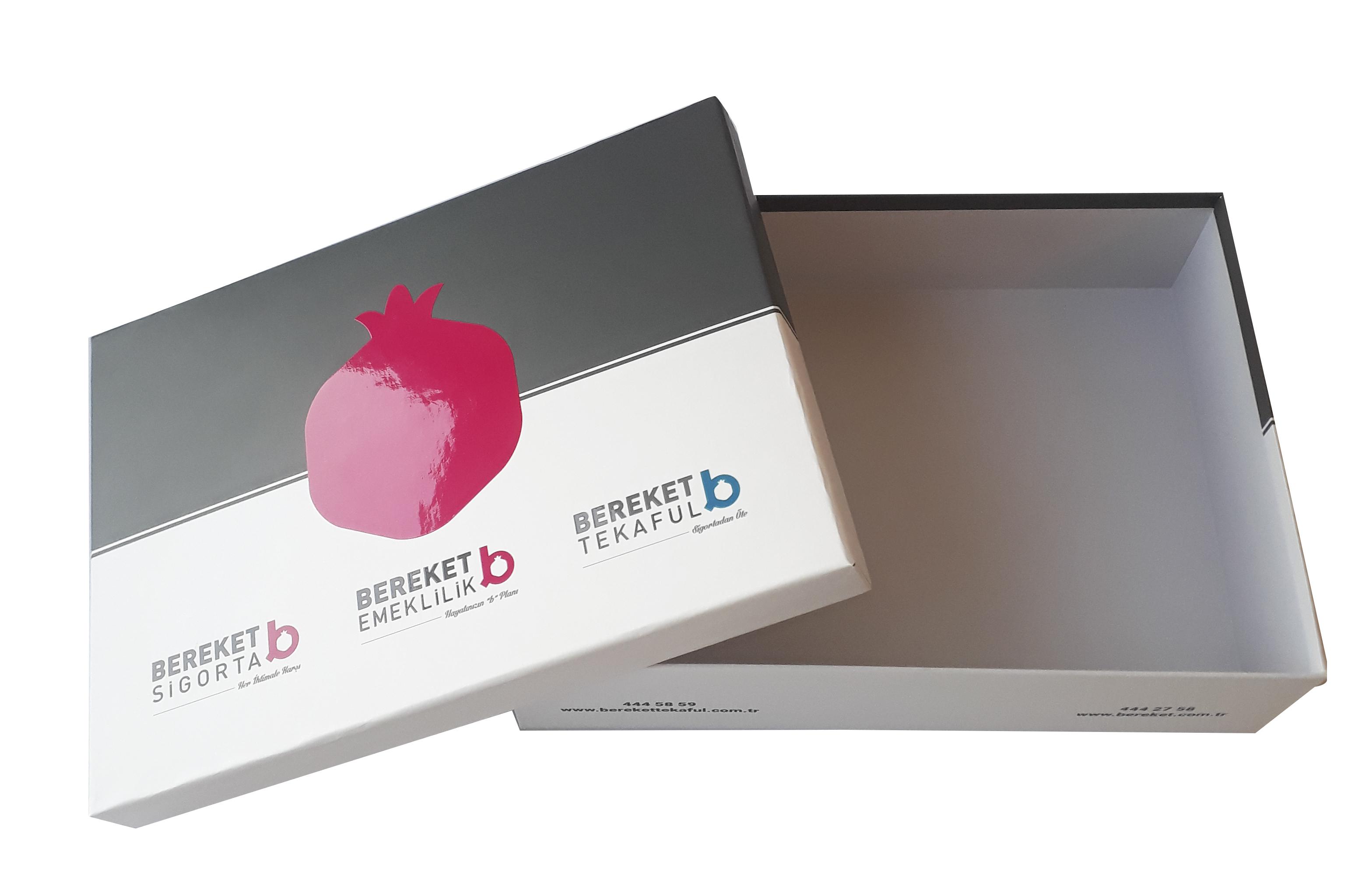 Sert gri mukavva üstüne kağıt sıvama yapılarak üretilen kutulardır. Genellik lüks ürün grupları için kullanılır. Min. 100 adet yapılabilir.