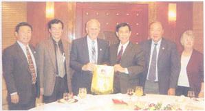 USCEC 2nd Chairman, Dr. Byron Athan Visited China in 2003 协会第二任会长拜伦.雅典律师率协会代表团于2003年访问中国