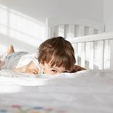 Ragazzo su un letto