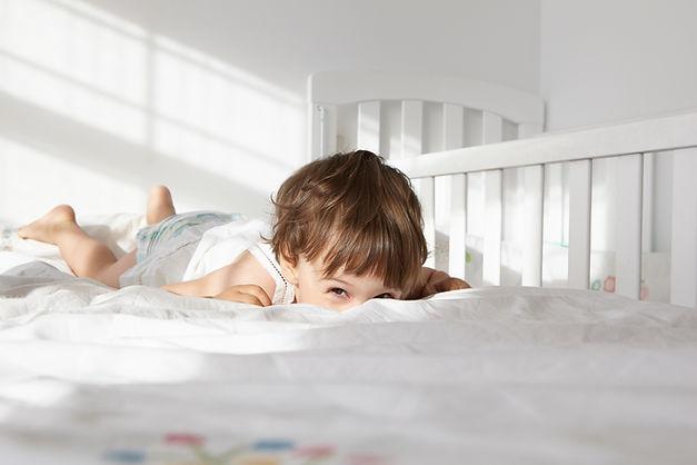 Garçon sur un lit