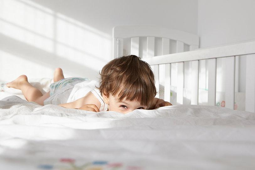 chłopiec na łóżku