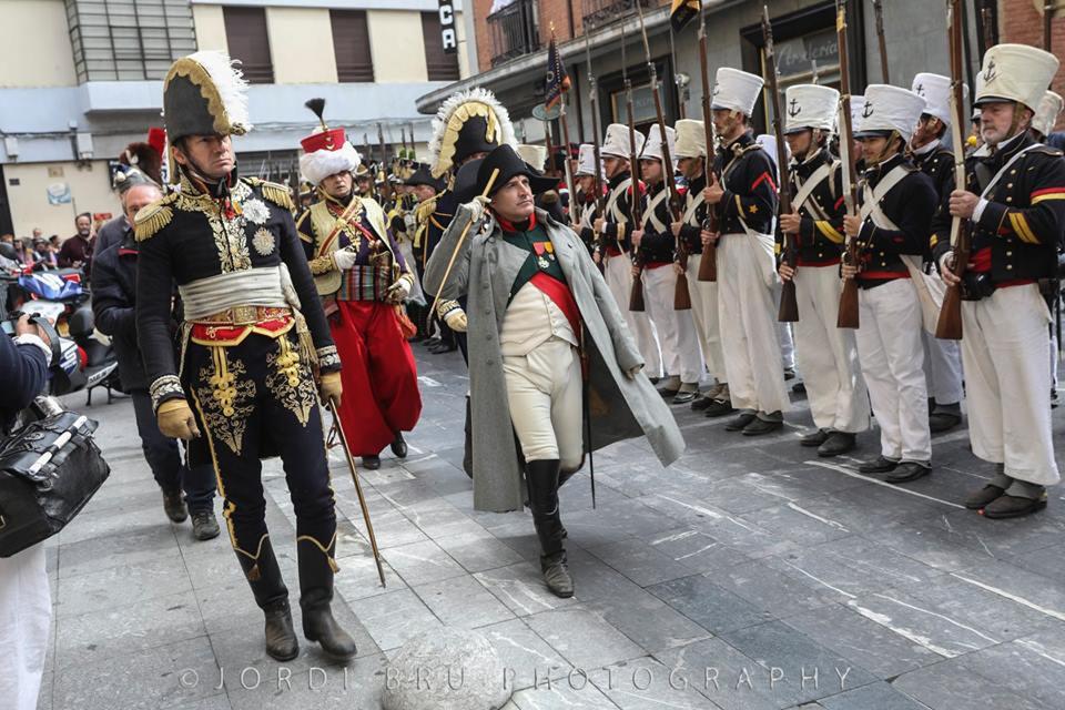 Les marins présentent les armes à l'Empereur
