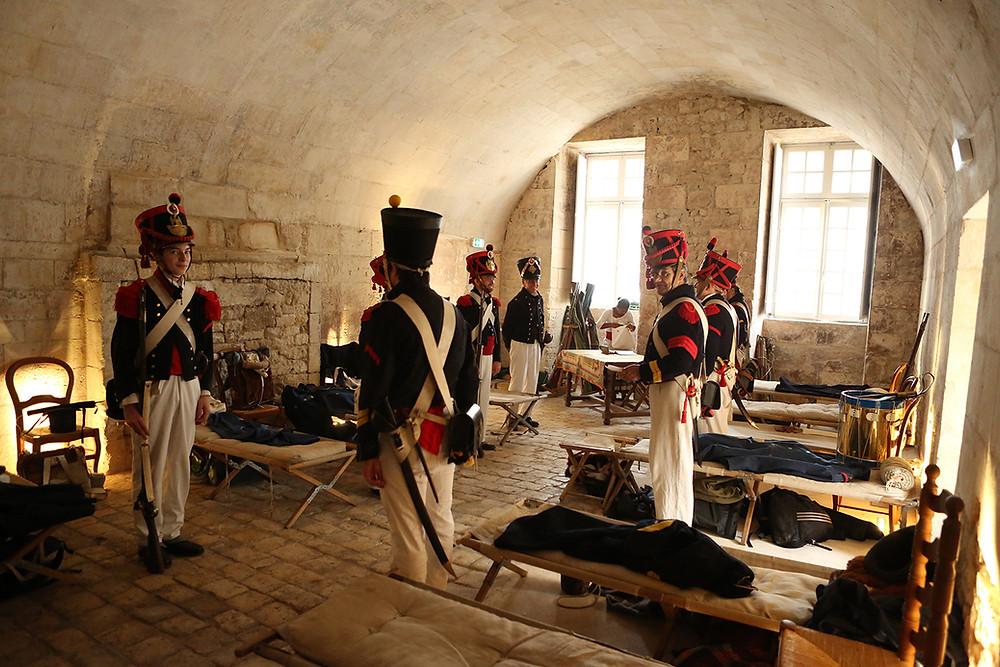 des soldats près de leur couchage dans la porte Royale