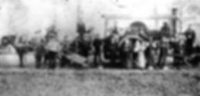 Foto van Christiaan Hesen alias Rowwen Hèze. Men zegt dat de zittende figuur op waterton Rowwen Hèze is. Maar klopt dat wel? Volgens de overlevering had de Rowwen Hèze één lege oogkas. Dus rijst de vraag: wie is de man met de schop in het midden op de foto die eveneens één lege oogkas lijkt te hebben?