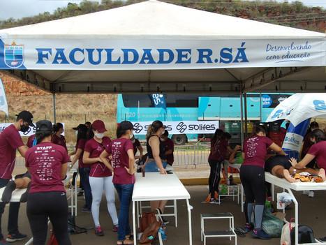 Alunos de Fisioterapia realizam atendimentos no stand da Faculdade R.Sá no Picos Pro Race