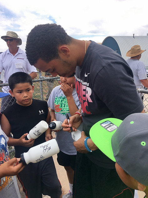 Kendal Thompson signing autographs.