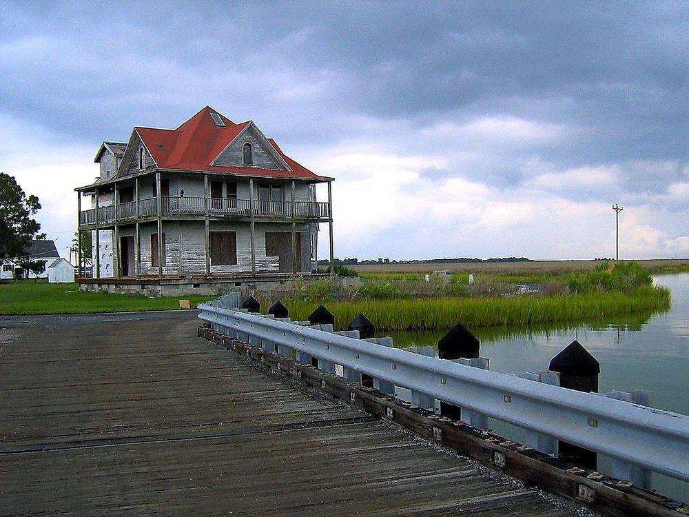 Photo of a house on Smith Island by Lee Cannon from Bayville aka West Fenwick, DE, USA, CC BY-SA 2.0, via Wikimedia Commons