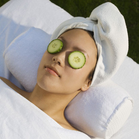 CUCUMBER SLICES ON THE EYES REDUCE  PUFFINESS