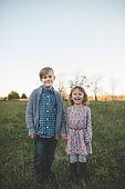 Junge und Mädchen in der Natur