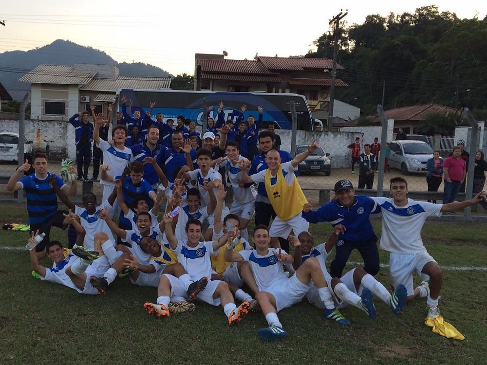 Equipe Sub-17 comemora a vitória