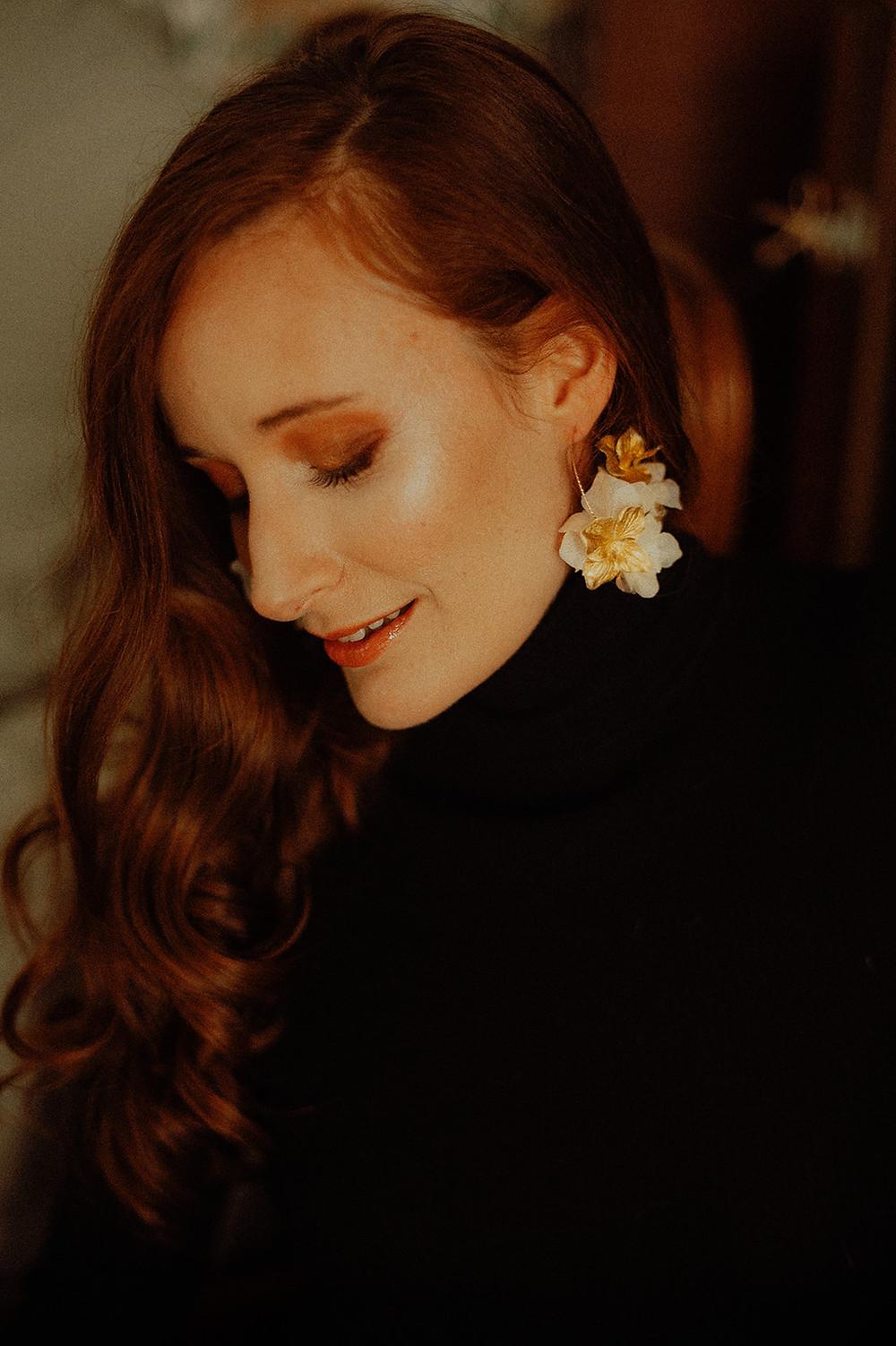 Boucles d'oreilles Colette portées par Adeline de Atelier Hosta créatrice d'objets et d'accessoires et fleurs séchées et stabilisées