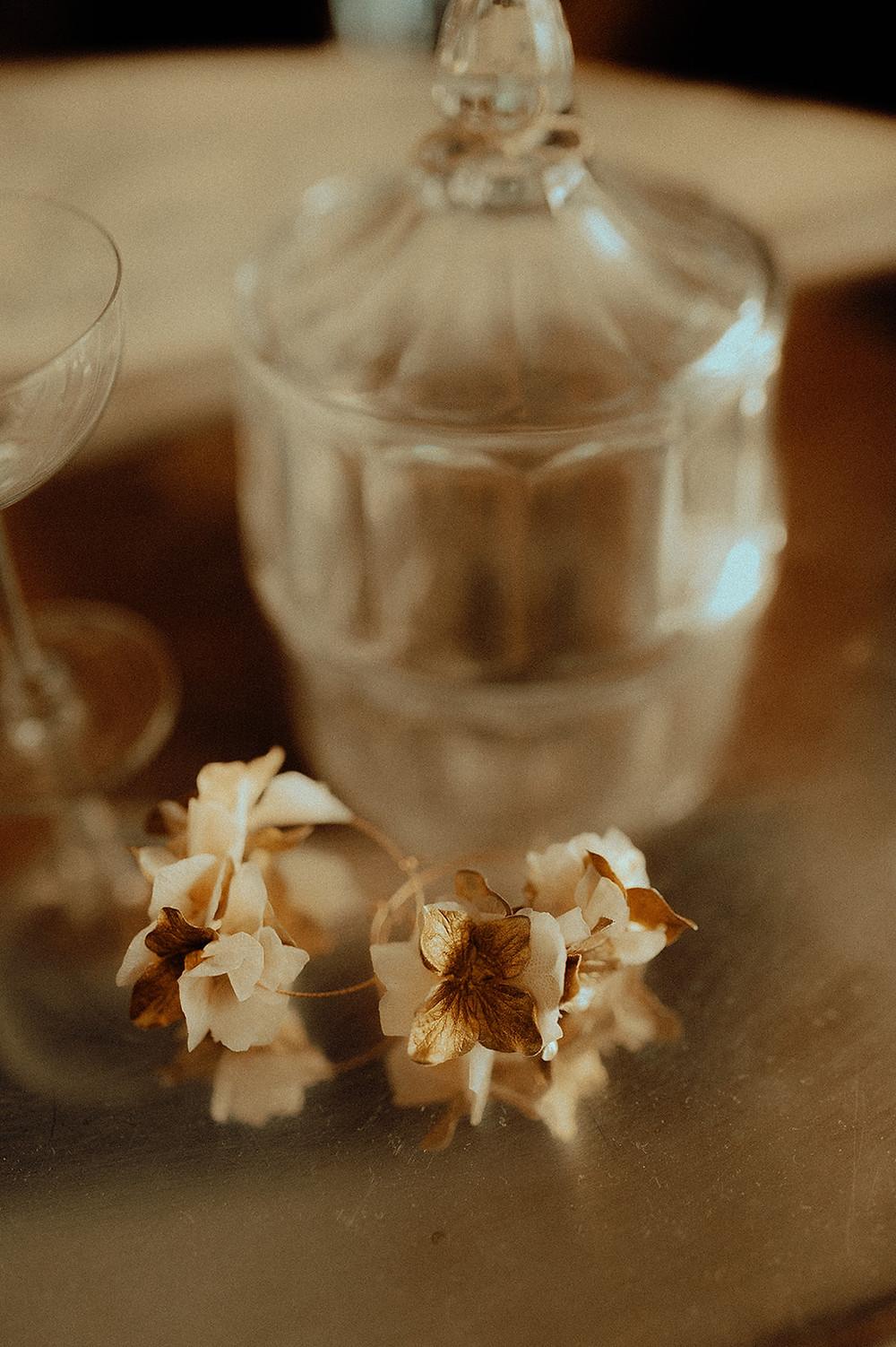 Boucles d'oreilles Colette fabriquées avec des fleurs stabilisées et en papier.
