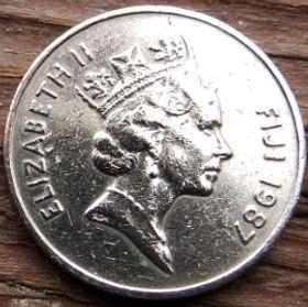 10 Центов, 1987 года,Фиджи, Монета, Монеты, 10 Cents1987, Fiji,Ula-tava-tava throwing club,Метательная дубинка Ула-тава-тава на монете, Королева Elizabeth II, Елизавета IIна монете, Третий портрет королевы.