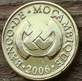 10 Сентаво, 2006 года, Мозамбик,Монета, Монеты, 10 Centavos 2006, Mocambique,Техніка, Трактор на полі, Machinery, Tractor on the field,Техника, Трактор на поле на монете, Bank of Mozambique emblem,Эмблема Банка Мозамбикана монете.