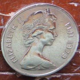 10 Центов, 1979 года,Фиджи, Монета, Монеты, 10 Cents1979, Fiji,Ula-tava-tava throwing club,Метательная дубинка Ула-тава-тава на монете, Королева Elizabeth II, Елизавета IIна монете, Второй портрет королевы.