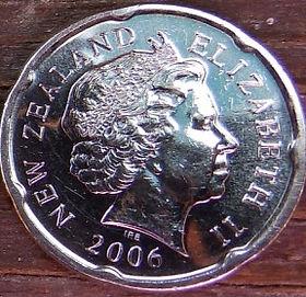 20 Центов2006 года,Новая Зеландия, Монета, Монеты, 20 Cents 2006, New Zealand, Fragment of Maori carving, Фрагмент резьбы маори на монете, Королева Elizabeth II, Елизавета IIна монете, Четвертый портрет королевы.