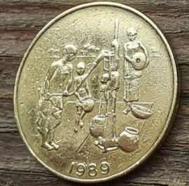 10 Франков, 1989 года, BCEAO, Монета, Монеты, 10 Francs 1989, UNION MONETAIRE OUEST-AFRICAINE, Taku Symbol, Символ Таку на монете,Водяна свердловина, Люди беруть воду, Water well, People take water, Водяная скважина, Люди берут воду на монете.
