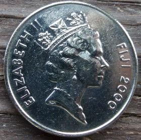 20 Центов, 2000 года,Фиджи, Монета, Монеты, 20 Cents2000, Fiji, Ceremonial whale tooth on a braided rope,Церемониальный зуб кита на плетёной верёвке на монете, Королева Elizabeth II, Елизавета IIна монете, Третий портрет королевы.