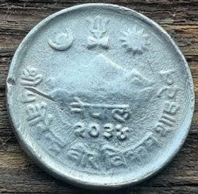 5 Пайс, 1977 года, Непал, Монета, Монеты, 5 Paisa 1977, Nepal, Фауна, Бик, Fauna, Bull, Фауна, Бык на монете, Гора, Місяць, Зірка, Mountain, Moon, Star, Гора, Месяц, Звезда на монете.