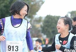 キズナペアラン 女子プロ野球選手と子どもの笑顔の写真