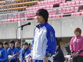 開会式にて選手宣誓をするブラインドランナーの写真