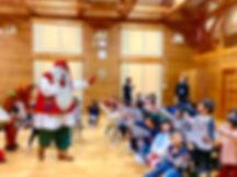サンタさんが子どもたちに手を振っている様子