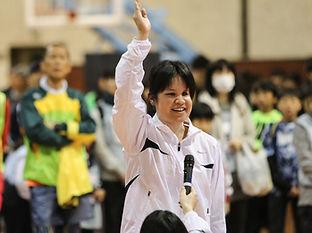 ランナーを代表して、元気よく、選手宣誓をする女性の写真