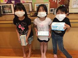 寄贈したマスクをした子どもたち