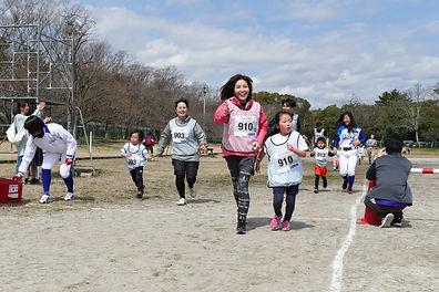 キズナペアランで笑顔で走る親子の写真
