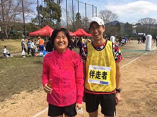 10キロ女子全盲の部 ランナー井内菜津美さんと伴走者の鈴木洋平さんの写真
