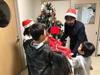 クリスマス笑顔でプレゼントを受け取る子どもたち