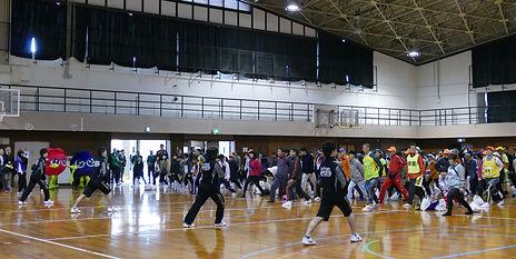 大原学園の学生さんの号令に合わせて、全員で準備体操の写真
