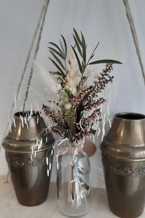 Petit flacon avec son bouquet de fleurs séchées