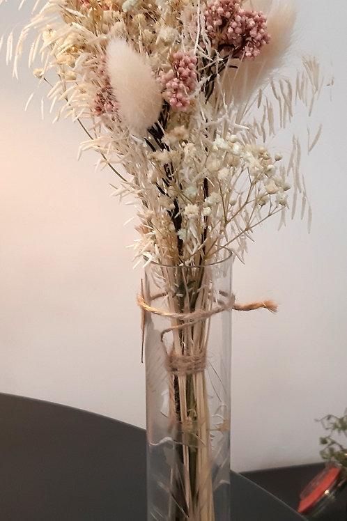 Bouquet de fleurs séchées dans un vase en verre gravé