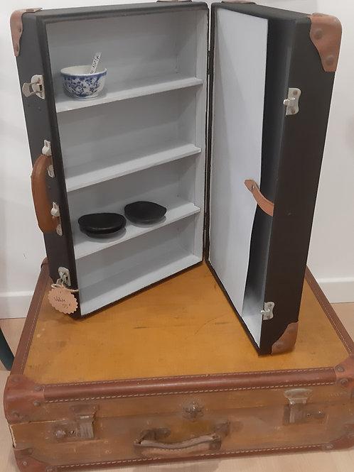 Valise vintage transformée en étagère à poser ou à accrocher.