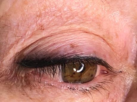 Soft smokey eyeliner.