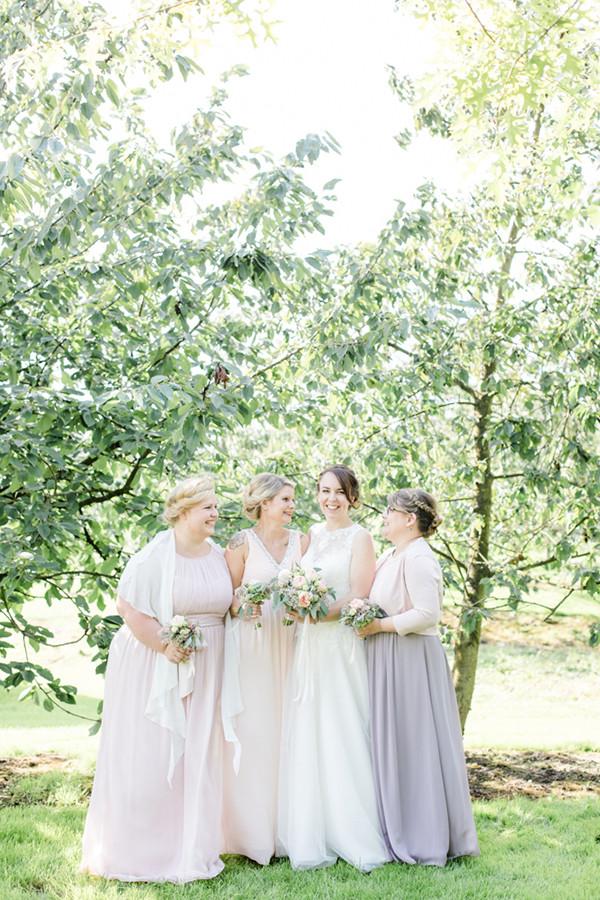Braut und ihre Brautjungfern auf dem Obsthof Schuback in Jork