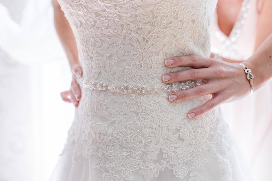 Brautkleid mit Spitze und Perlengürtel