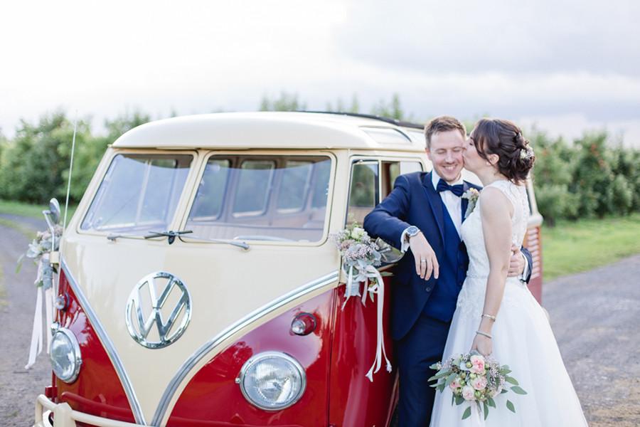 Hochzeitsfotos im Alten Land mit einem Oldtimer VW Bus