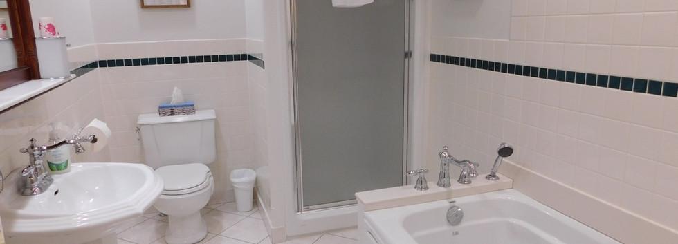 Ceilidh Bathrm.JPG