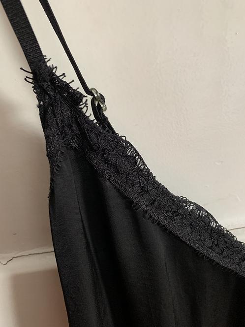 Schwarzes Unterkleid mit Spitze