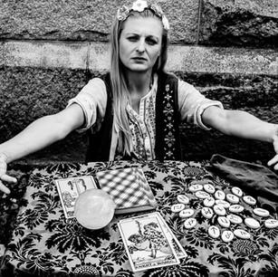 Lady Scarlett telling fortunes in Omaha.