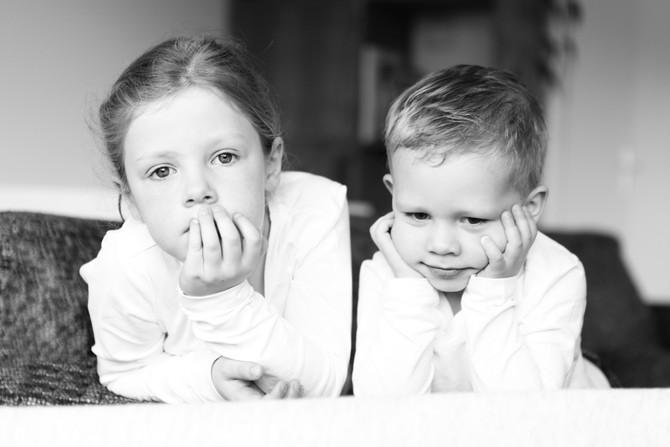 Newborn Tijmen, met grote broer en zus