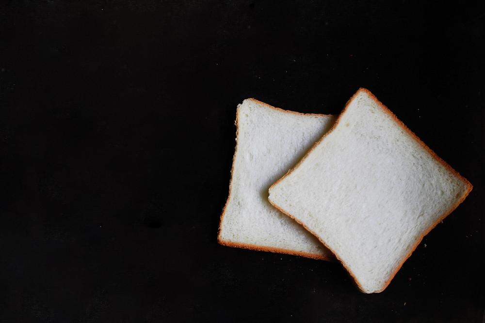 Kromki białego chleba tostowego