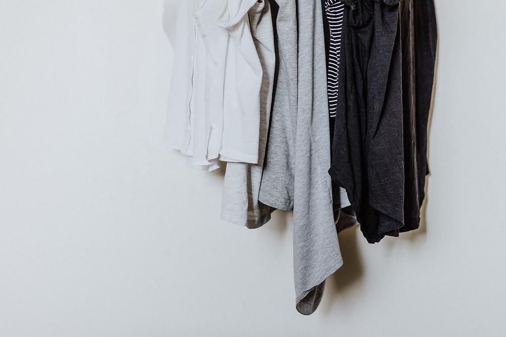 Ubrania wiszące na wieszaku