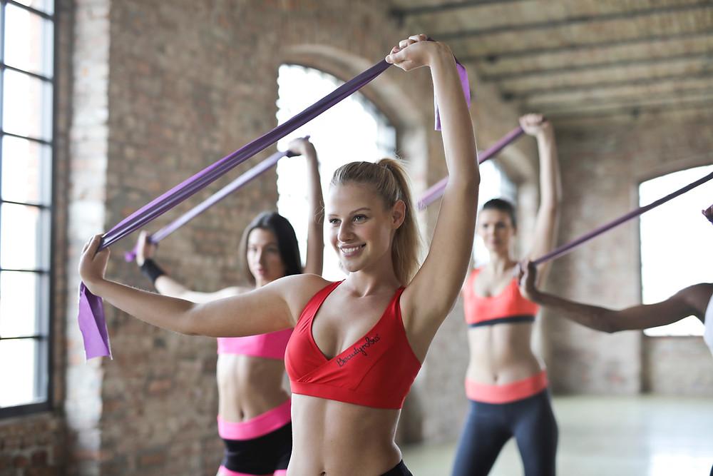 Kobiety ćwiczące z taśmą