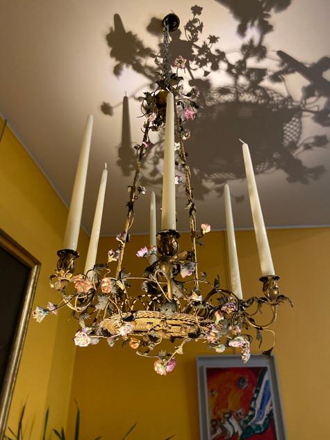 Lustre en bronze doré ornementé de fleurs en porcelaines